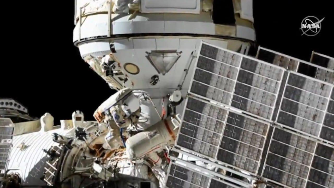 Cosmonautas realizan caminata espacial (NASA)