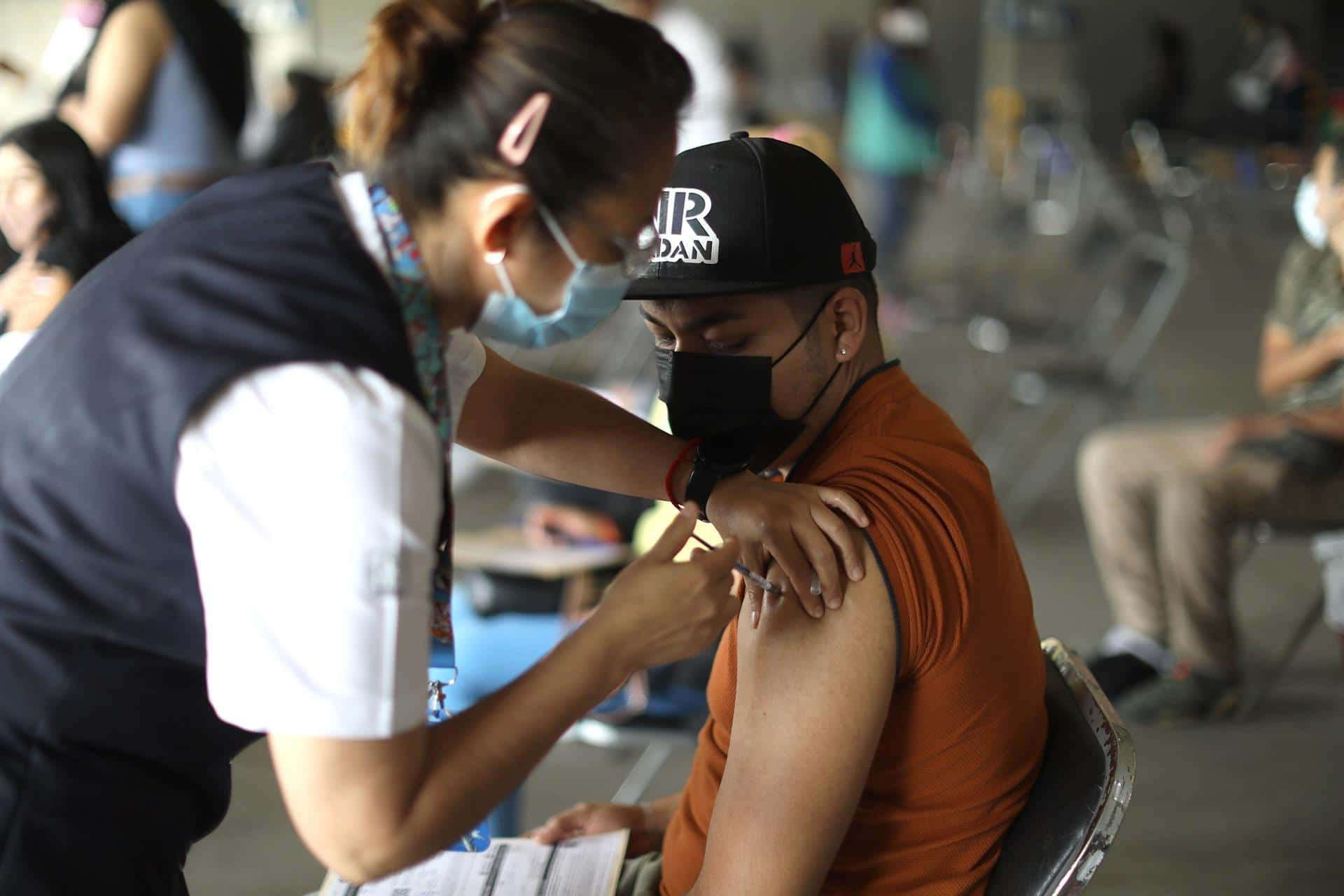 Un joven recibe una dosis de la vacuna contra la covid, en Ciudad de México (EFE)
