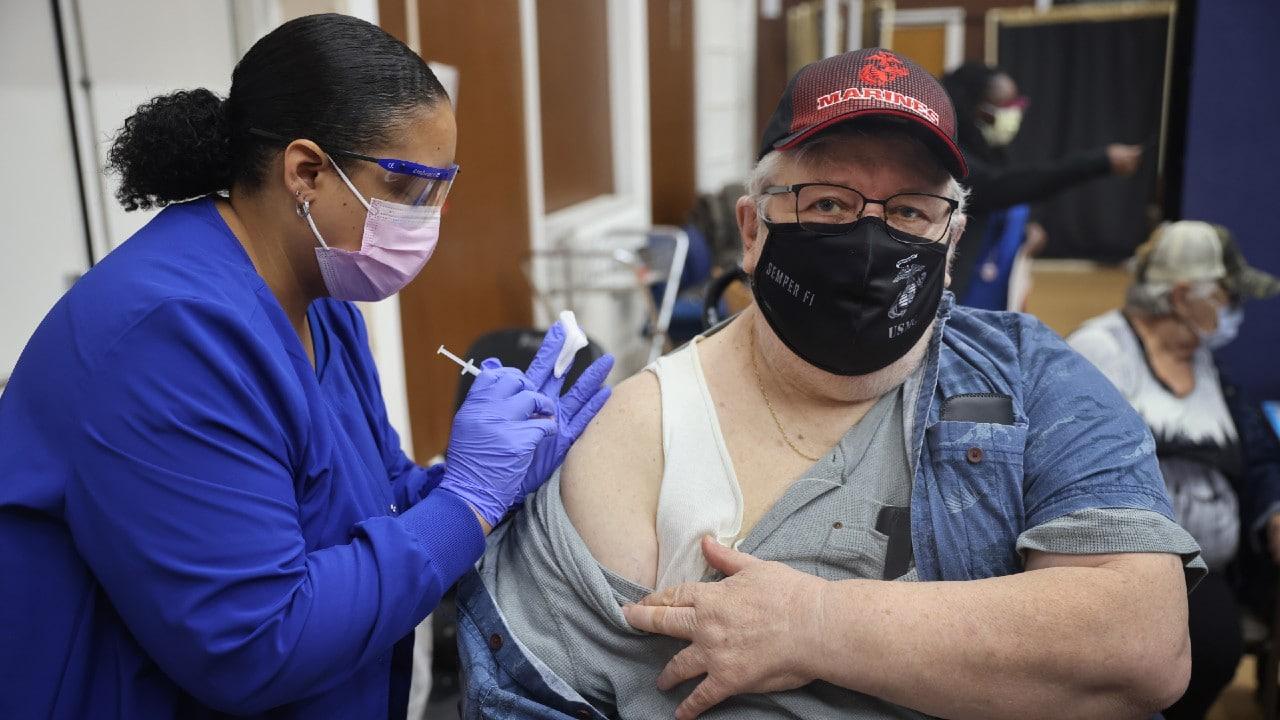¿Quiénes pueden ponerse la vacuna de refuerzo contra covid en EEUU?