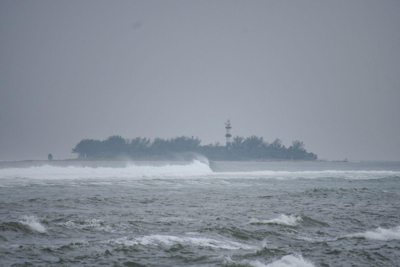 Fotografía que muestra el puerto de Veracruz con fuertes vientos y lluvia