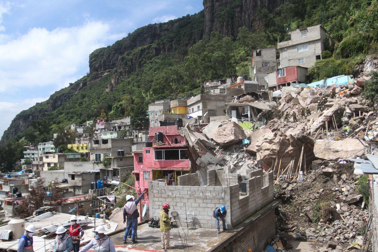 Suspenden labores de rescate en cerro del Chiquihuite por riesgos a nuevo derrumbe.