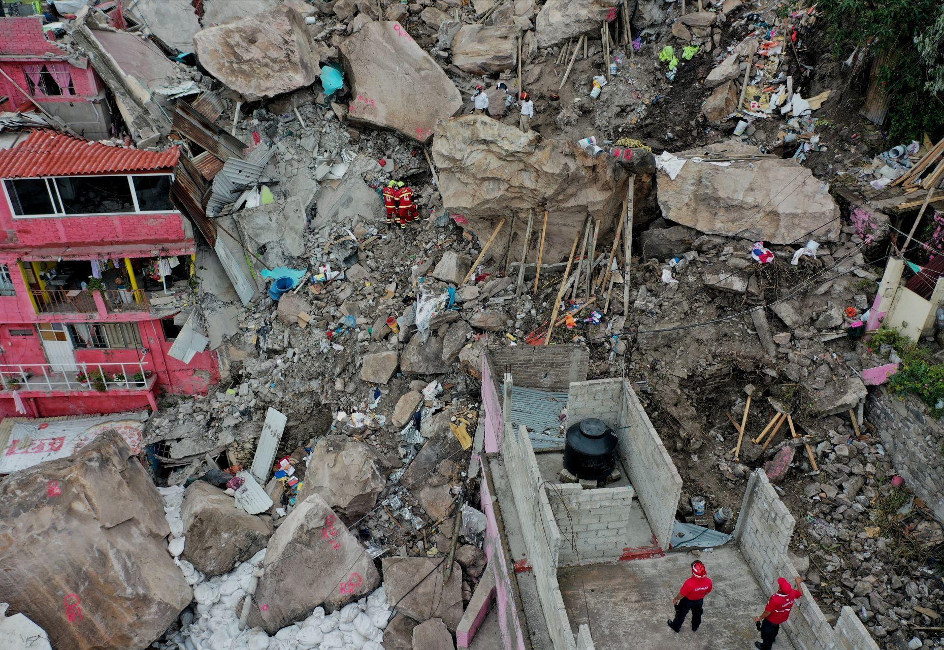 Cuarto día de rescate en la zona de derrumbe en el Cerro Chiquihuite. Elemento de protección Civil informaron esta mañana que aún se encuentran en la búsqueda de un adulto y dos menores.