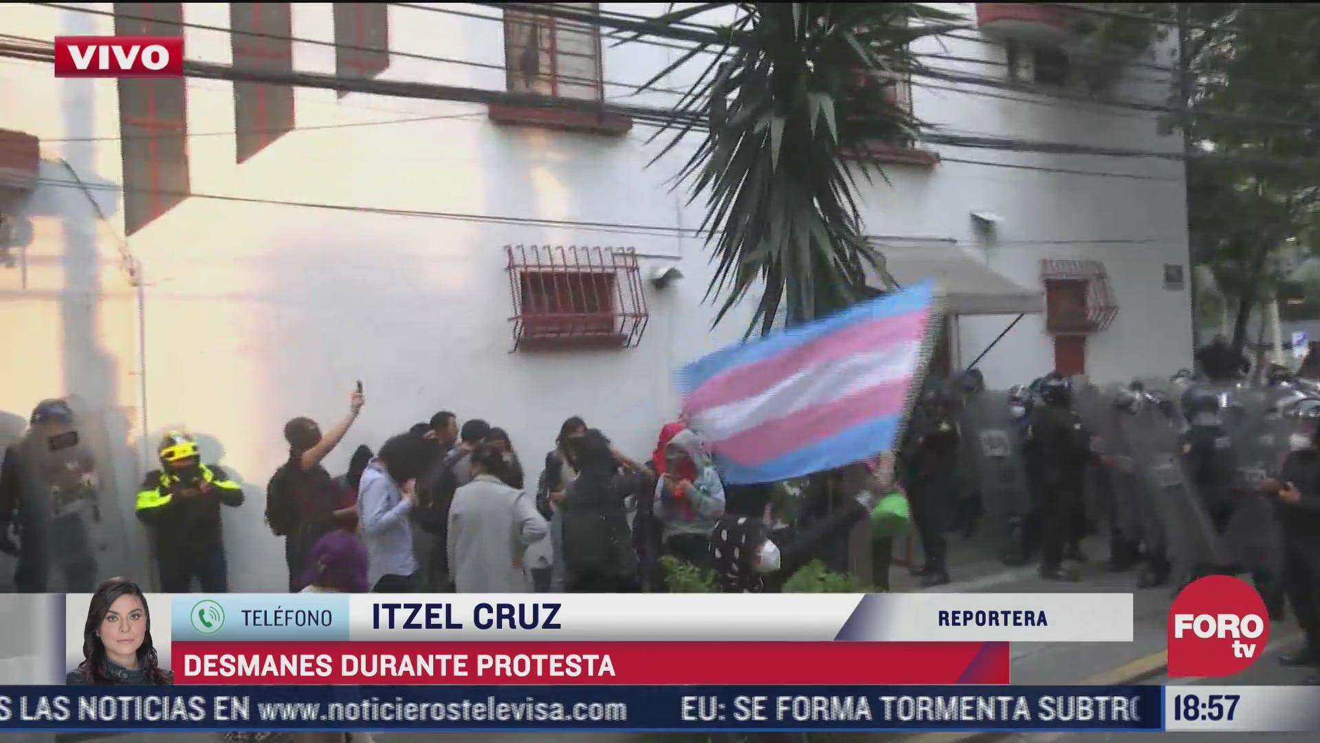 encapsulan a manifestantes con bandera trans que provocaron desmanes en cdmx