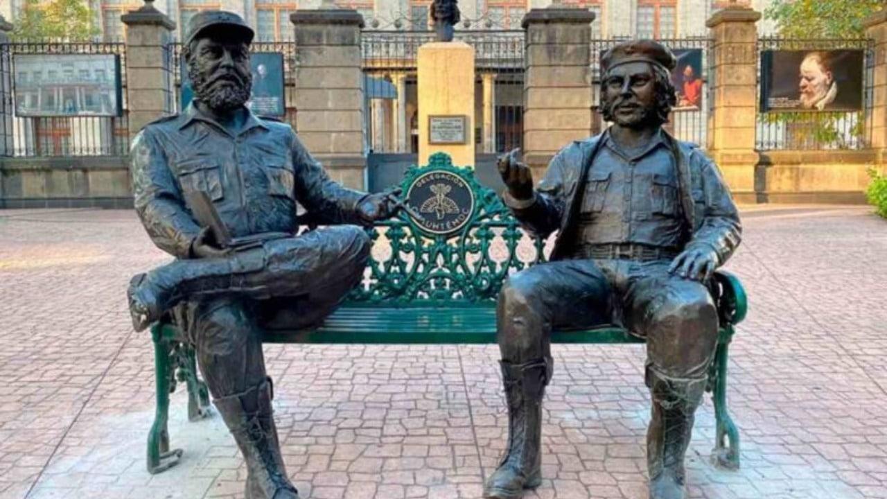 Estatuas del Che Guevara y Fidel Castro vandalizadas con pintura en CDMX