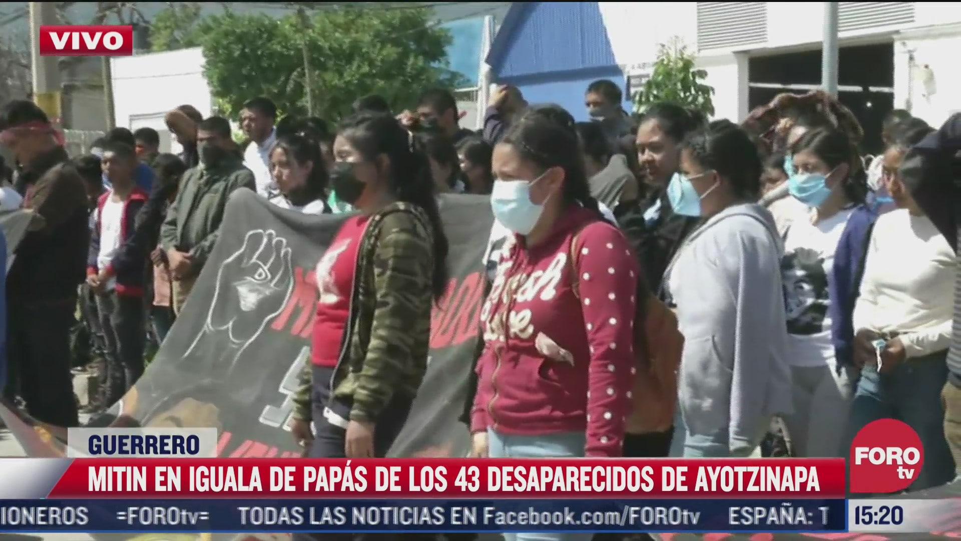 familiares y amigos de los normalistas de ayotzinapa hacen mitin a siete anos de su desaparicion