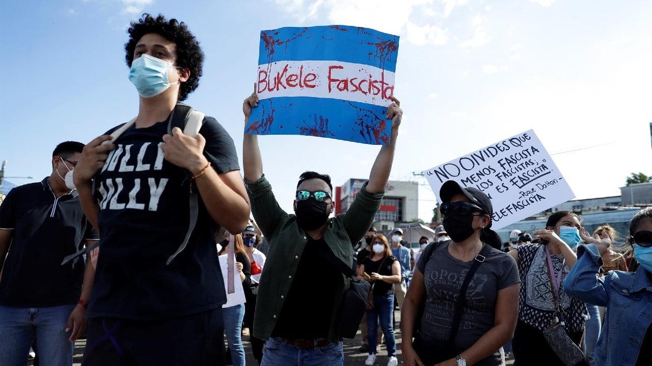 Cientos protestan en El Salvador por fallo que permite reelección presidencial
