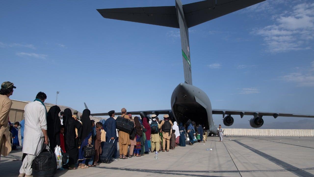 Reanudan vuelos nacionales en el aeropuerto de Kabul, Afganistán