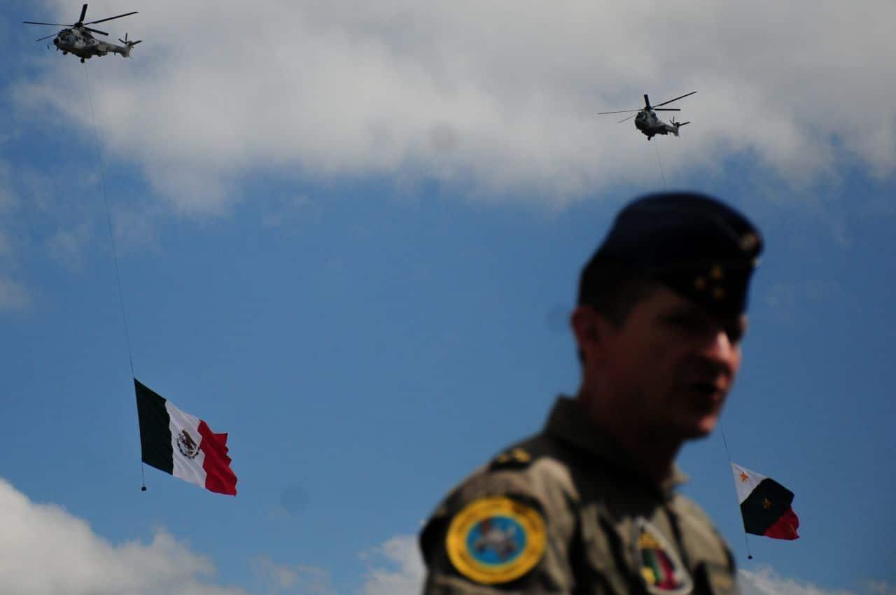 Dos helicópteros del ejército llevan consigo la bandera mexicana a y la bandera trigarante (Cuartoscuro)