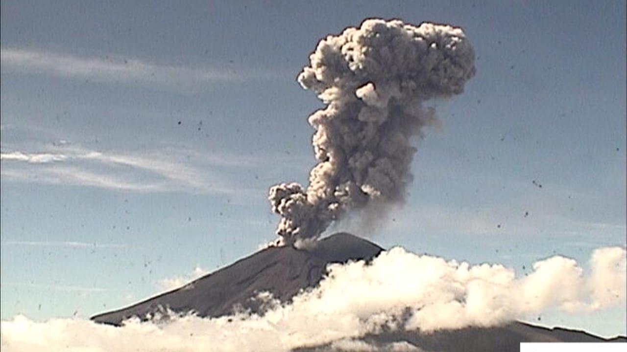 Volcán Popocatépetl emite enorme fumarola de 2.2 kilómetros tras explosión