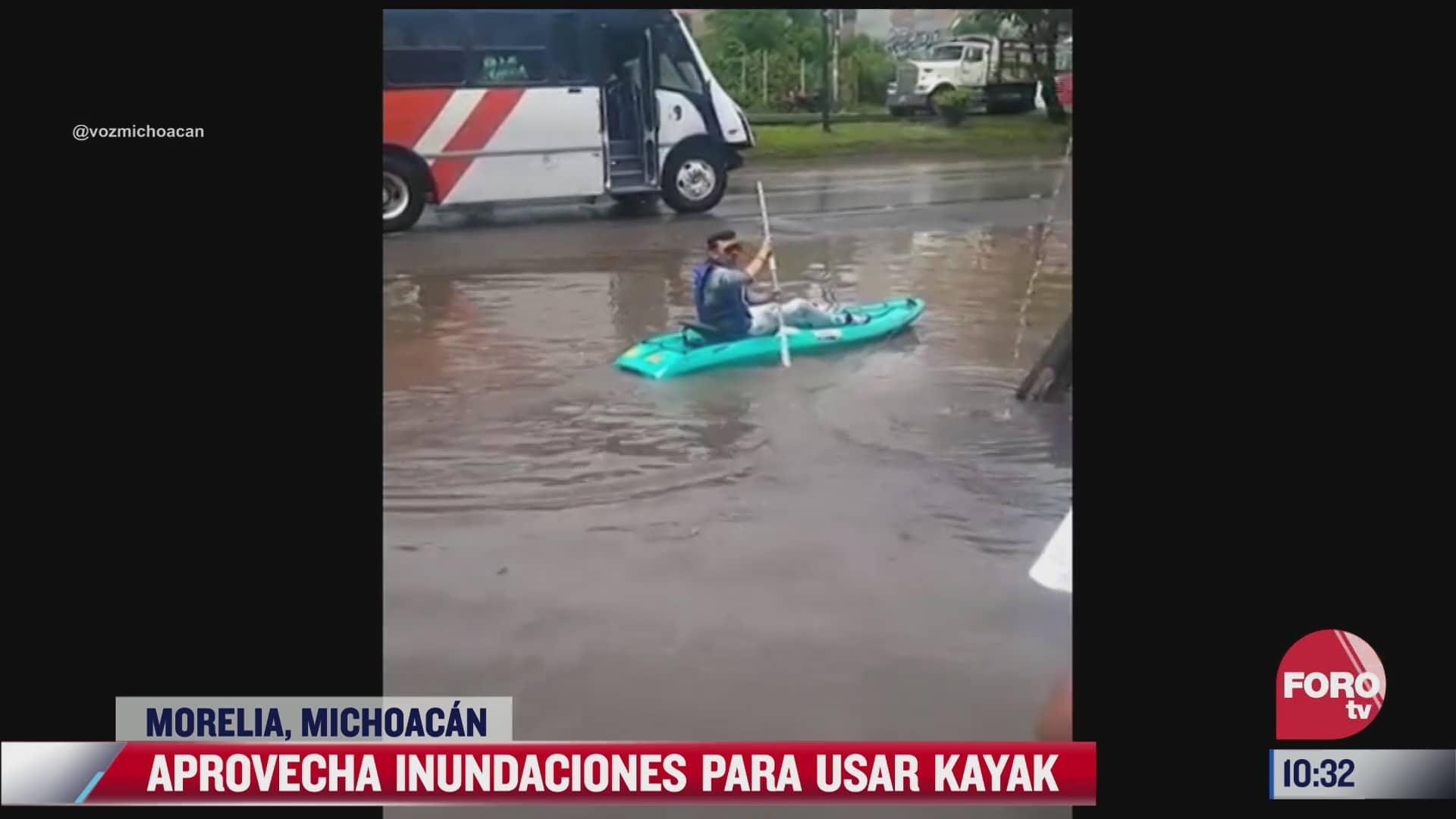 hombre aprovecha inundaciones para usar kayak