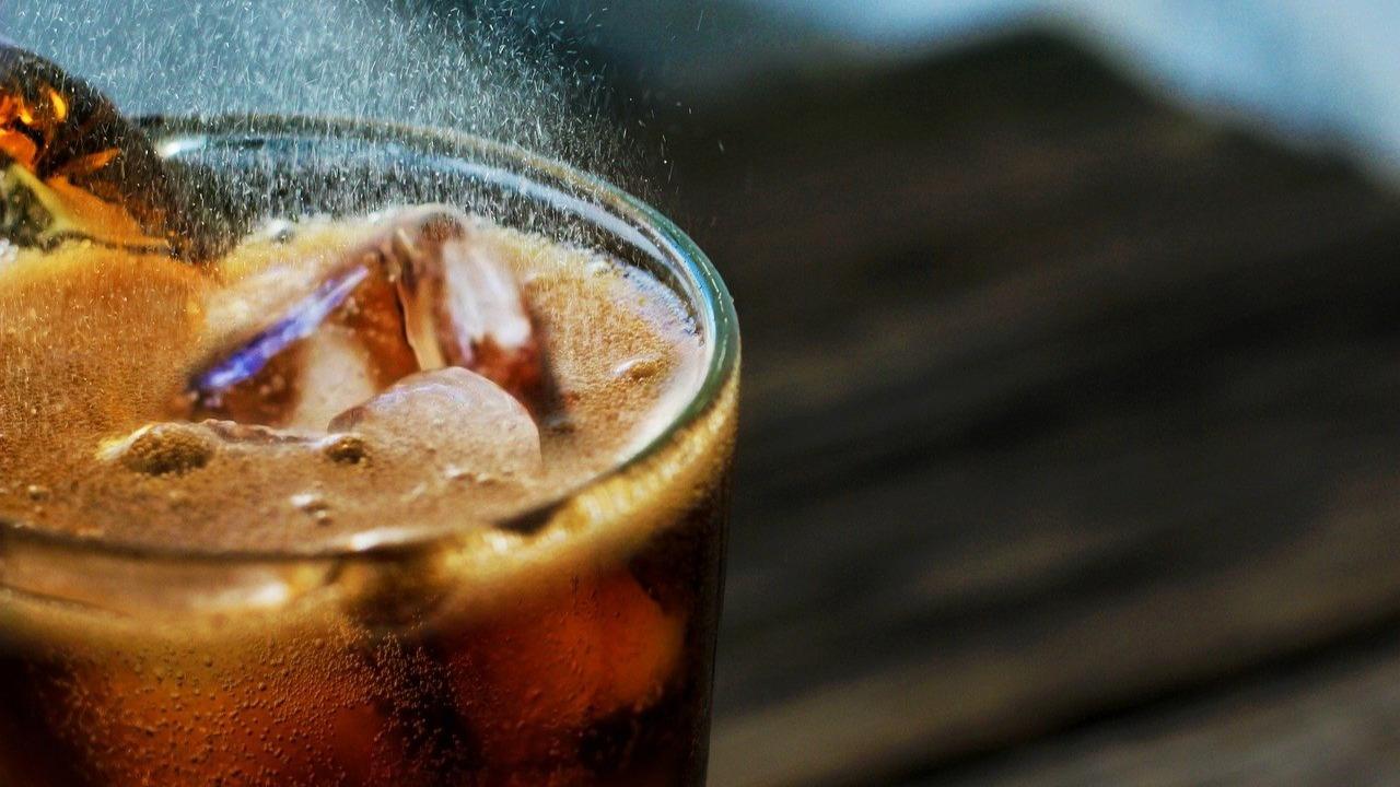 Hombre muere tras beber litro y medio de refresco en 10 minutos