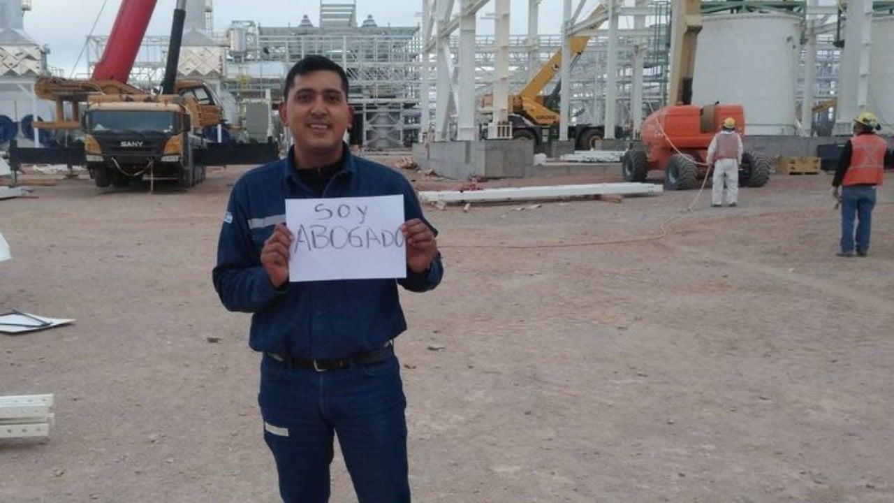 Hombre se recibe de abogado en Argentina; estudiaba en una grúa