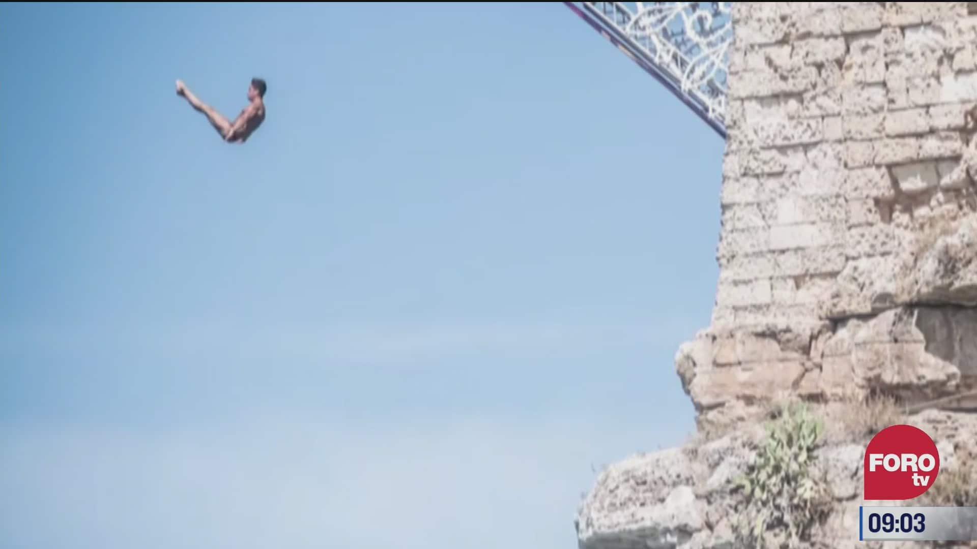 increible competencia de clavados desde un acantilado en italia