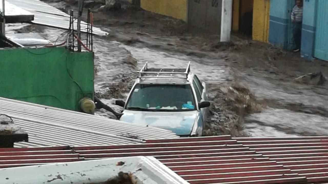 Inundaciones y corrientes de agua arrastran vehículos y personas en Ecatepec; reportan al menos dos muertos