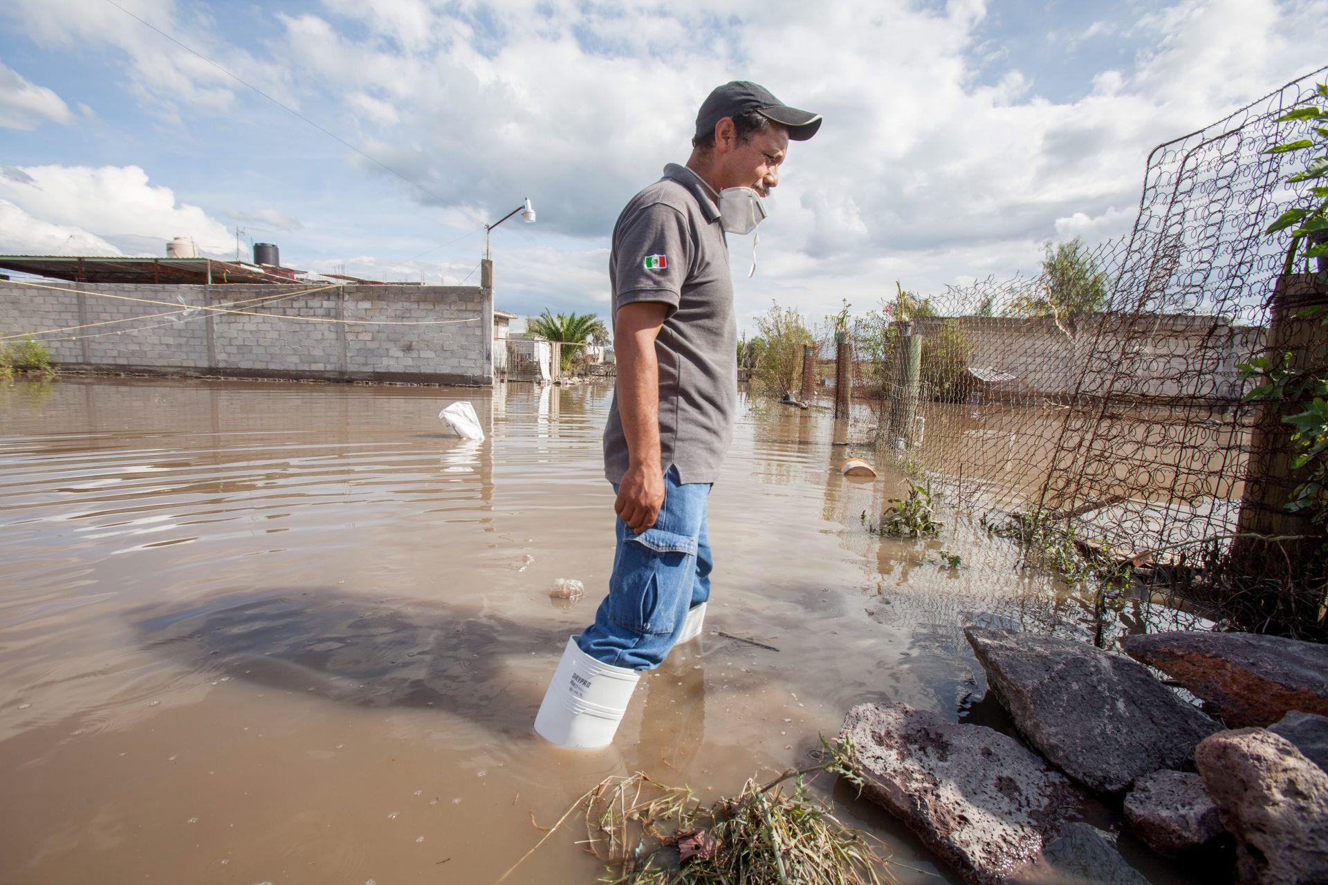 Pobladores de Tlahuelilpan rescatan lo que pueden de sus hogares que siguen inundados (Cuartoscuro)
