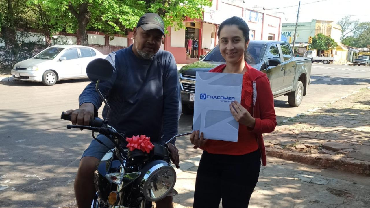 Joven regala moto a su padrastro por su cumpleaños y ayudarle a estudiar dos carreras universitarias