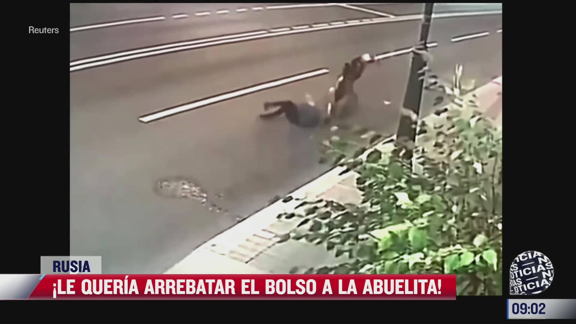 ladron arrastra a mujer de la tercera edad por quitarle la bolsa