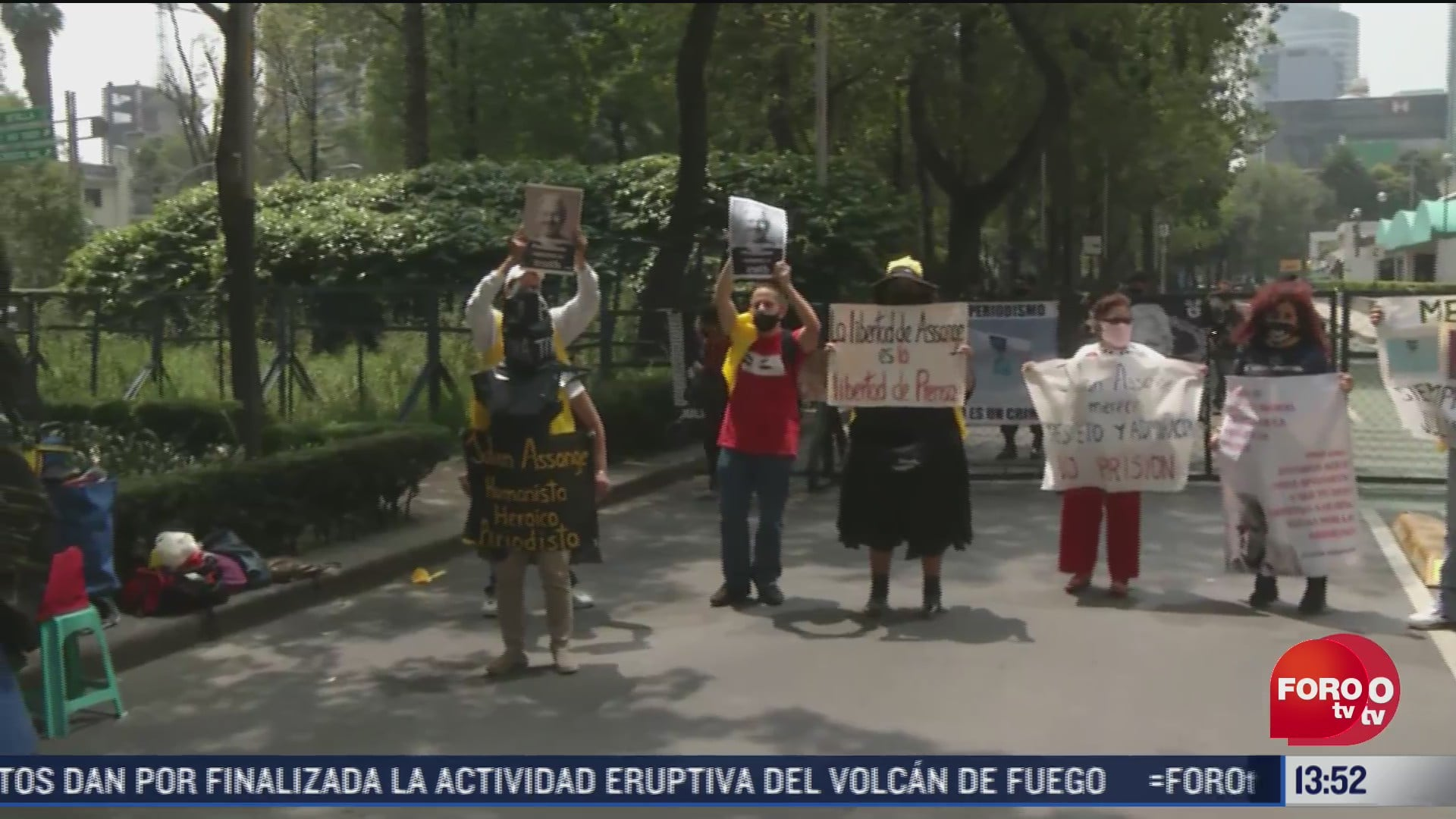 manifestantes en cdmx exigen libertad de julian assange