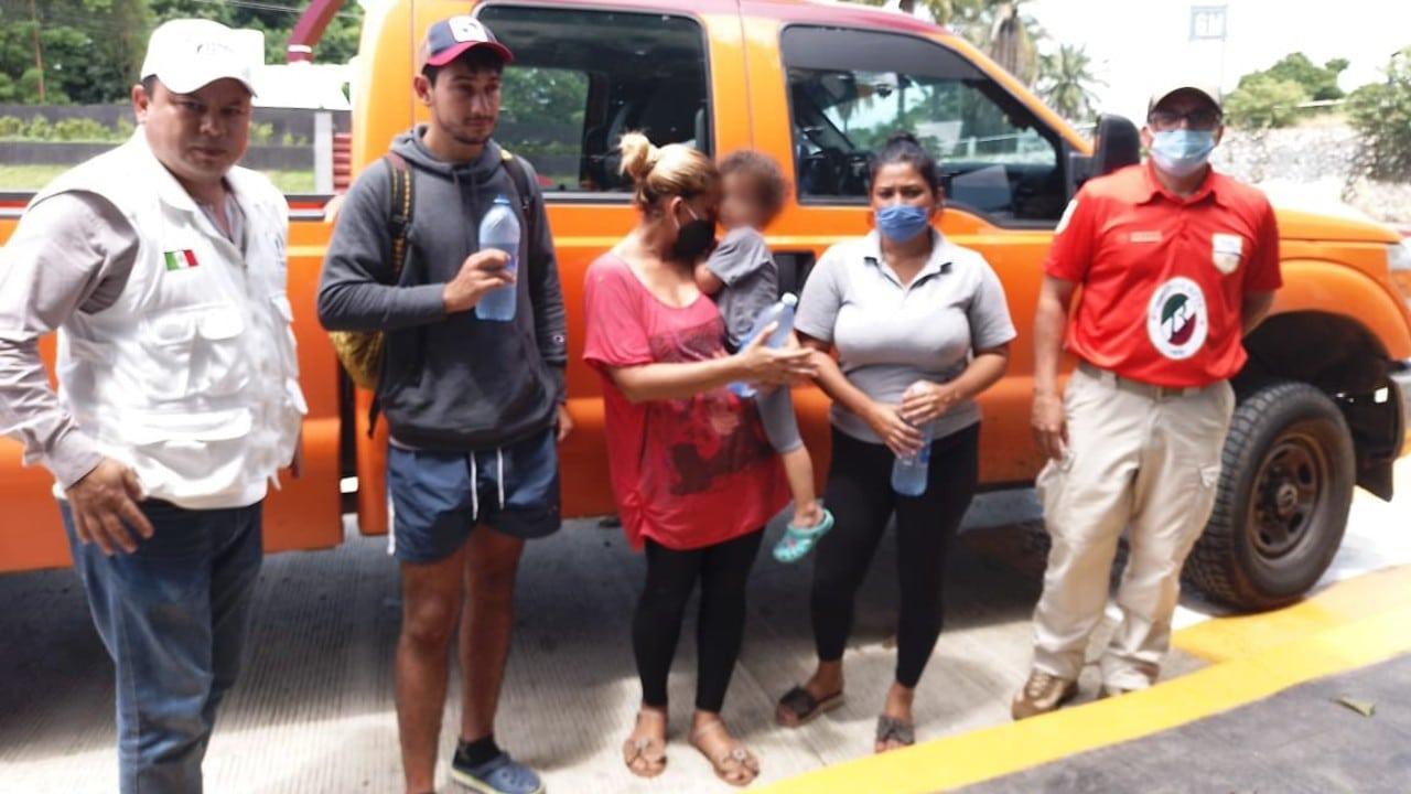 Migrante venezolana se reúne con su hija tras ser separadas durante detención en Tapachula, Chiapas.