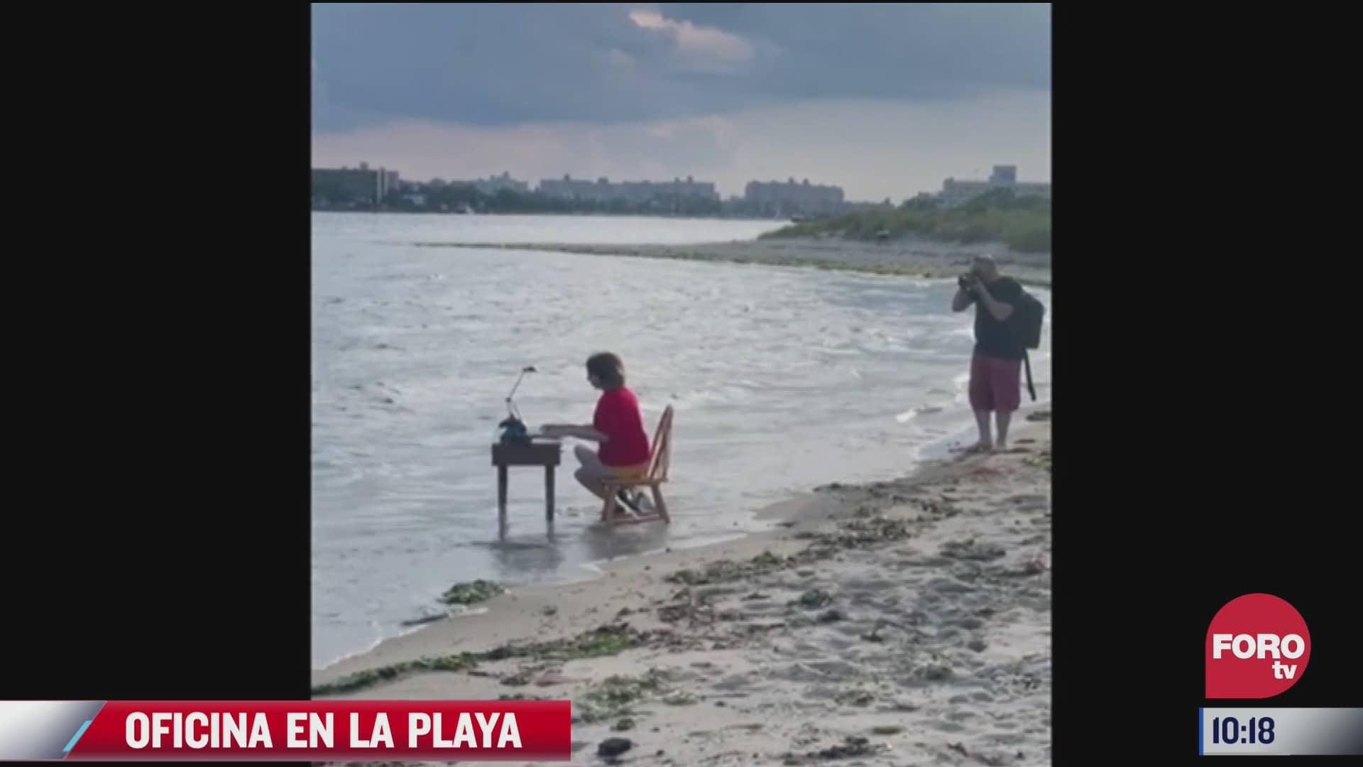 mujer monta oficina en la playa