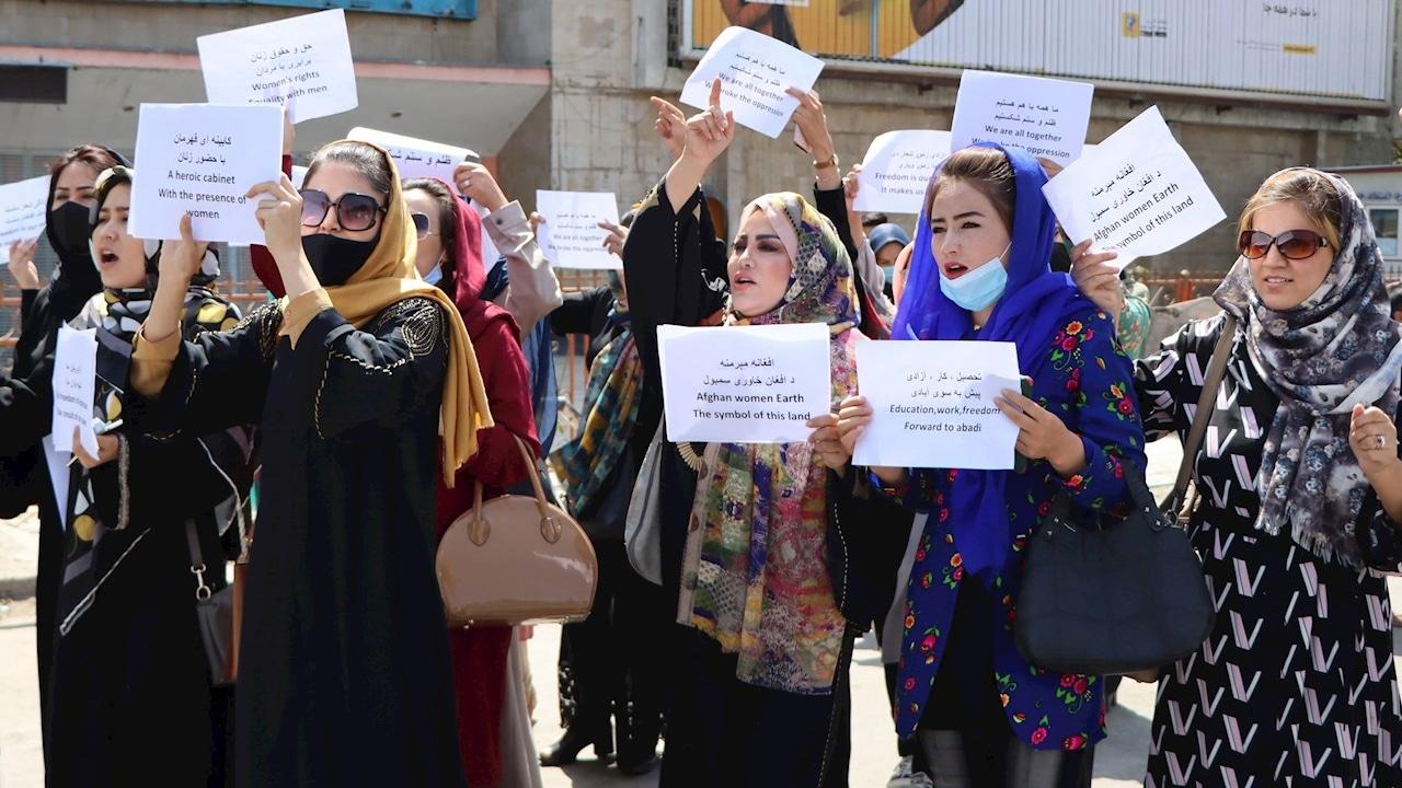 Un grupo de mujeres protesta en Kabul para exigir que se respeten sus derechos