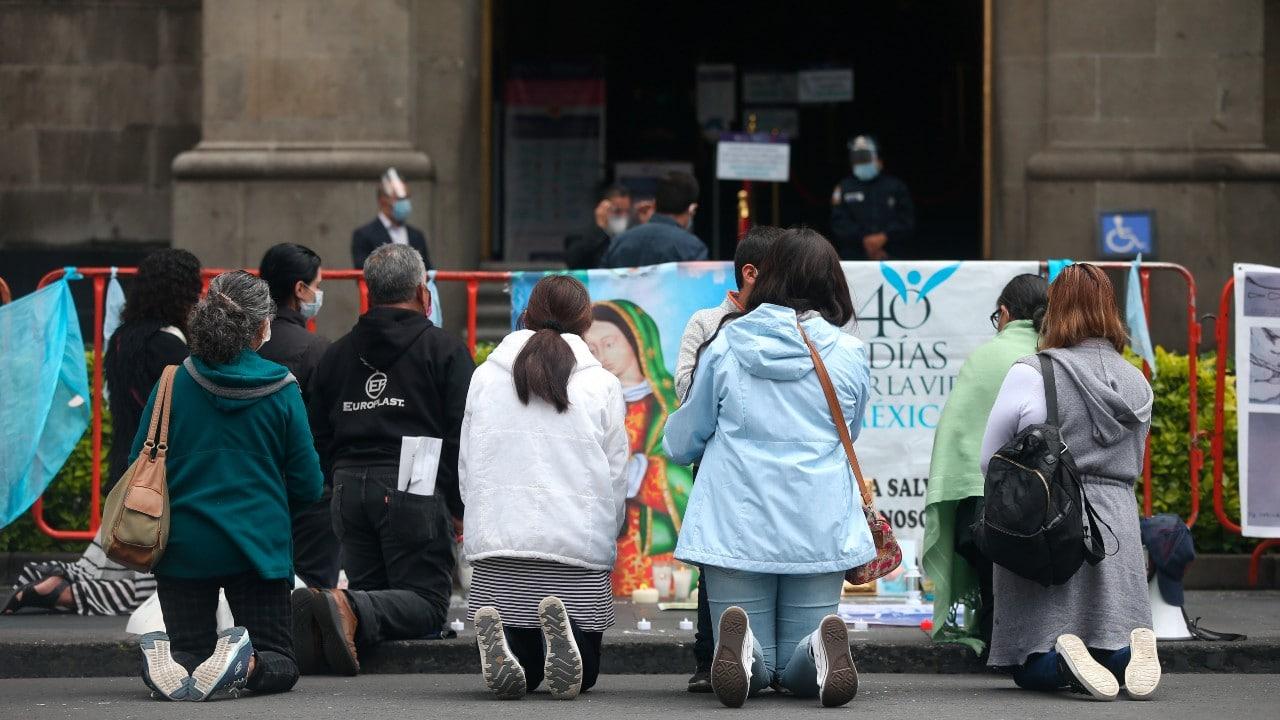 Mujeres protestan contra la despenalización del aborto, frente a la SCJN