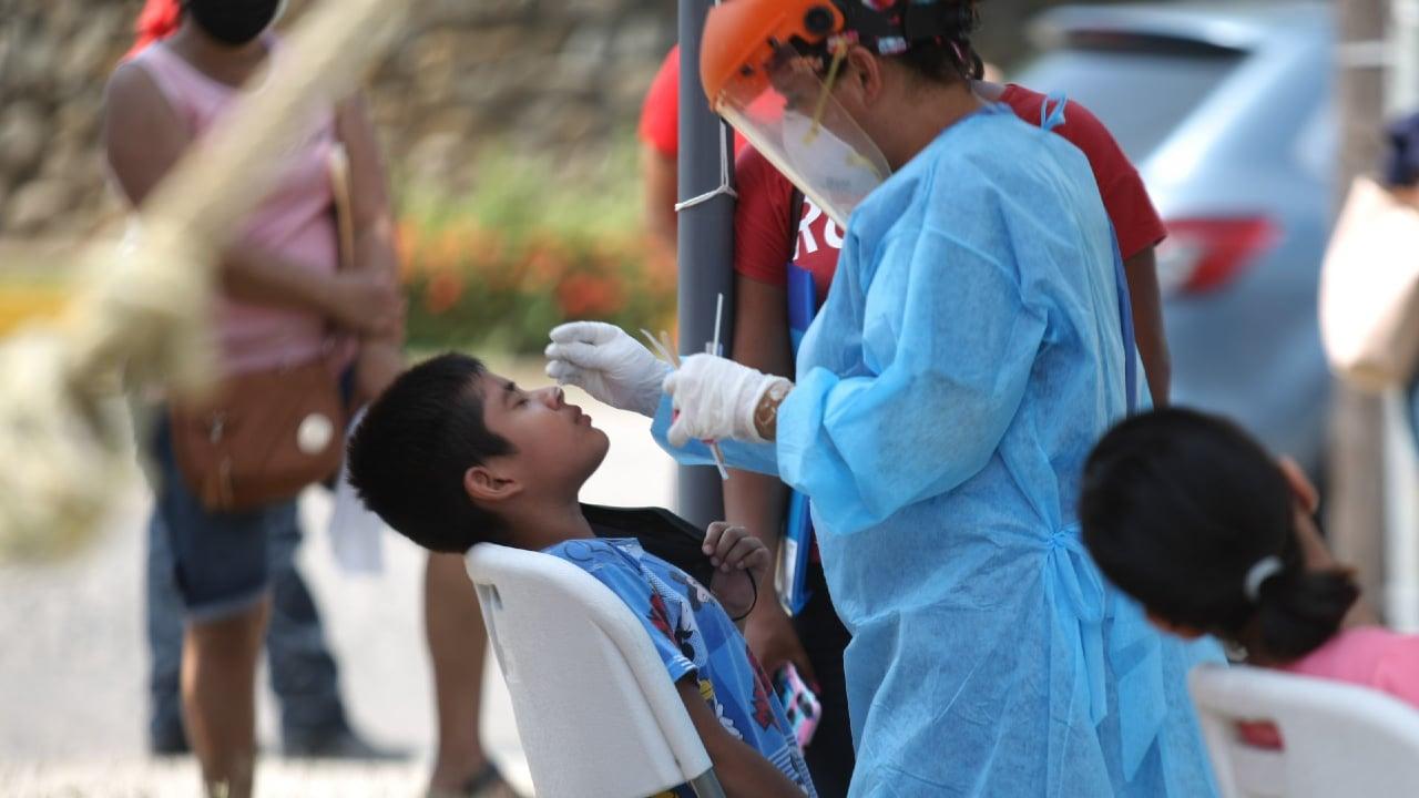 Un niño acude a realizarse la prueba de detección de covid. Fuente: Cuartoscuro.