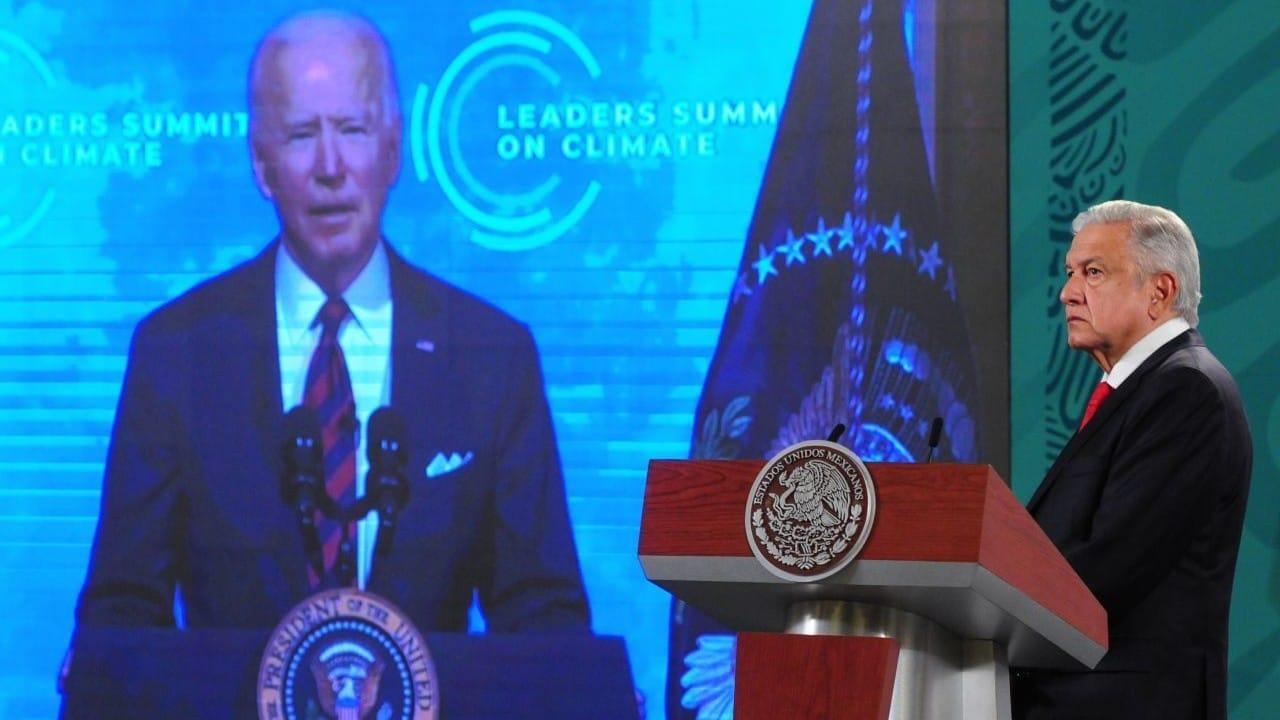 Andrés Manuel López Obrador, presidente de México, escucha el mensaje de Joe Biden, en abril de 2021 (Cuartoscuro)