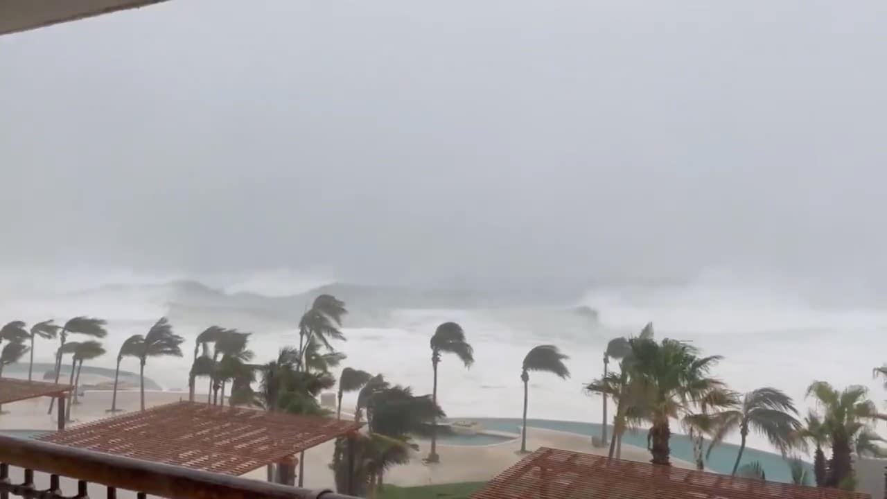 Olaf se degrada a huracán categoría 1 mientras ocasiona lluvias torrenciales en BCS