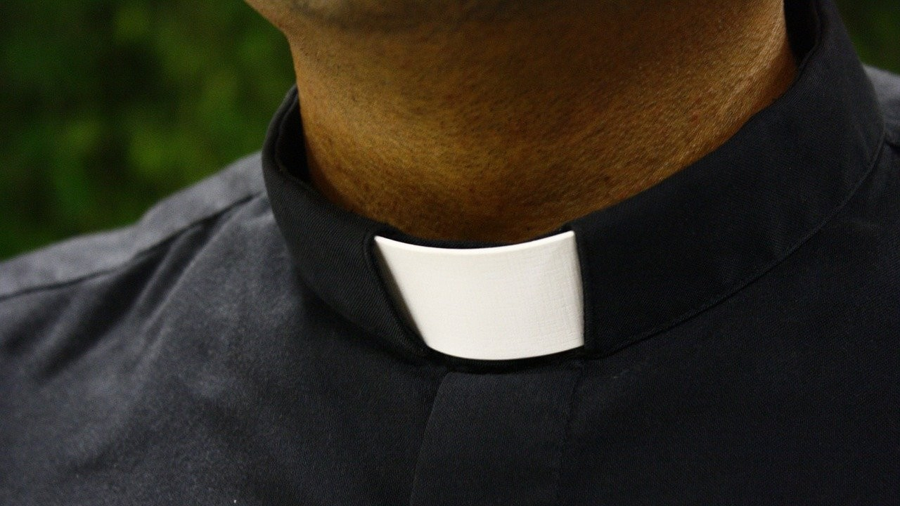 sacerdote, cura, iglesia católica, drogas, fiestas, imagen ilustrativa