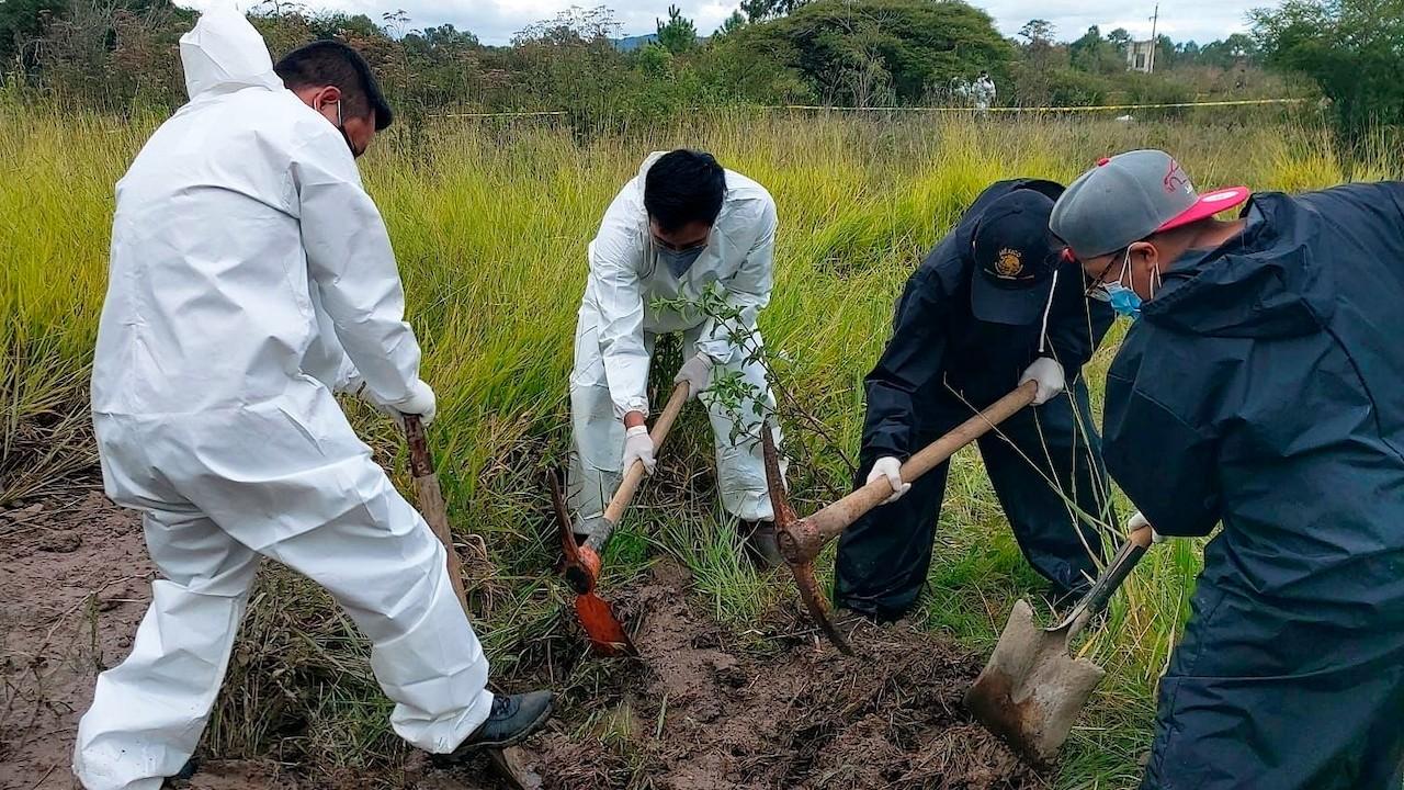 Peritos de Chiapas laboran ante el hallazgo de fosas clandestinas (EFE)