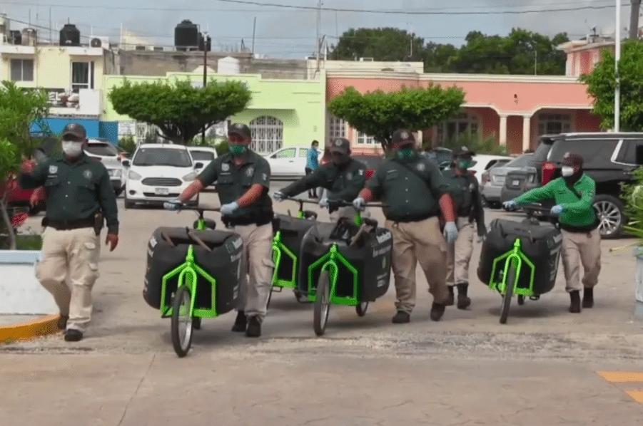 Policías de Puerto Progreso, Yucatán, cambian las patrullas por bicicletas recolectoras de basura