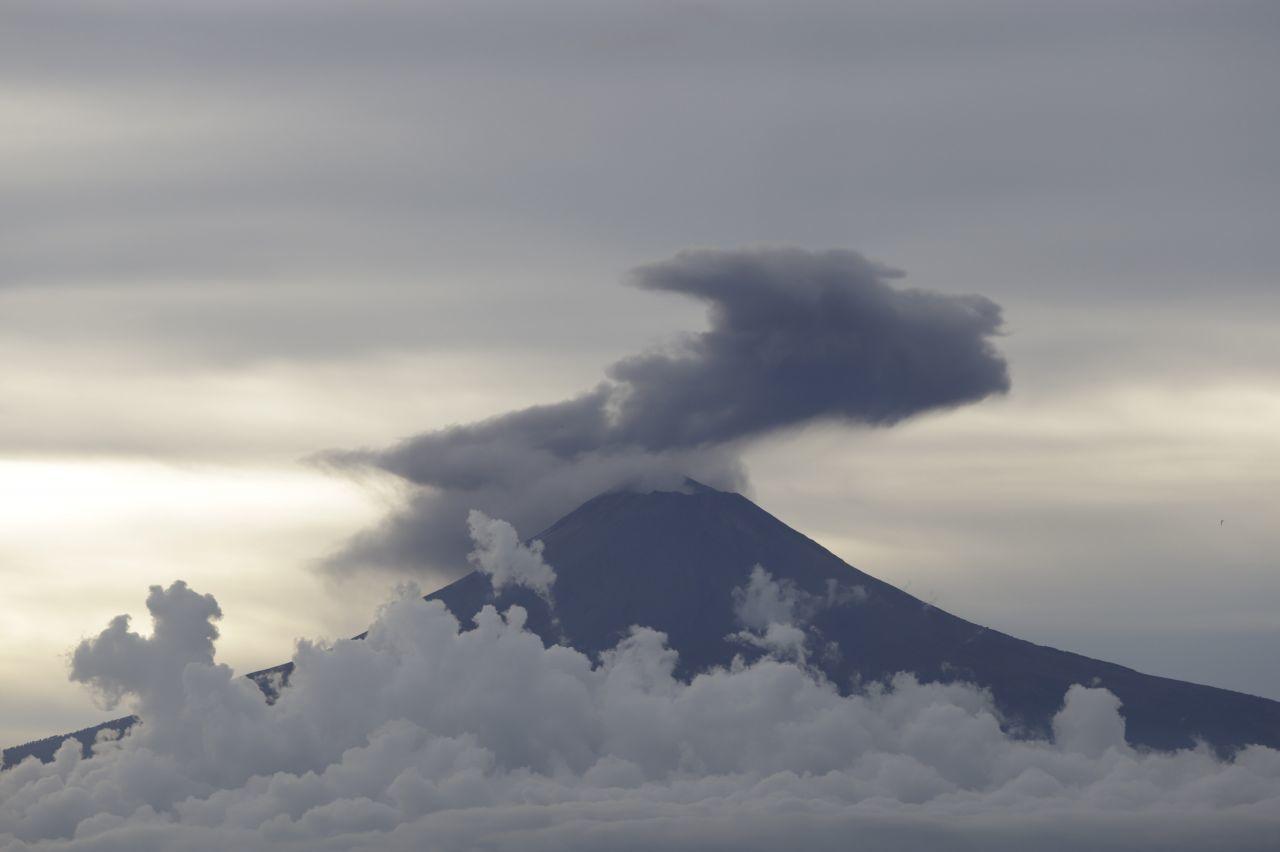 Volcán Popocatépetl emite 95 exhalaciones, 6 explosiones y un sismo volcatectónico en las últimas 24 horas