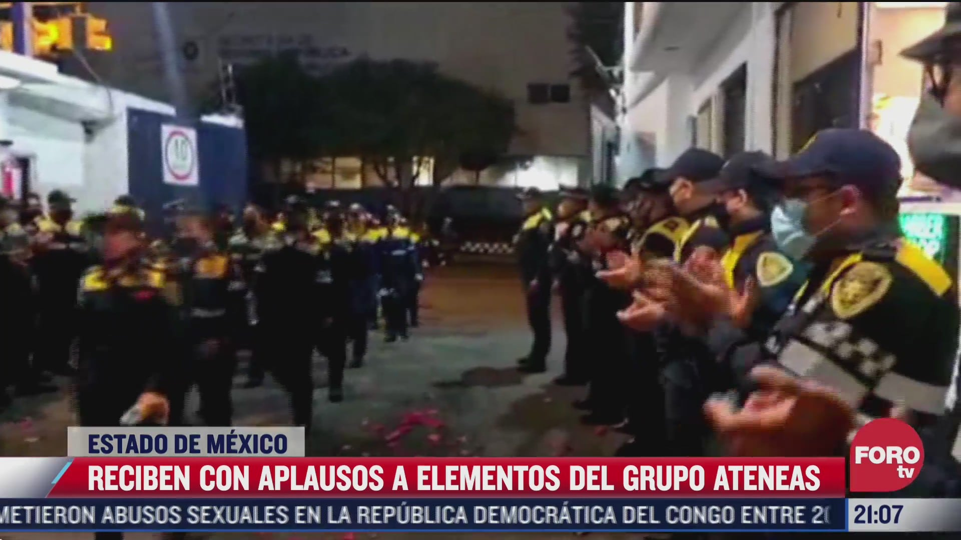 reciben con rosas a mujeres policia tras marcha feministas en tlaxcoaque