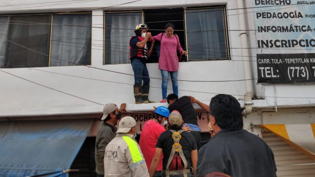 Trabajadores de Sacmex se suman a labores en Tula, Hidalgo (Twitter: @Claudiashein)