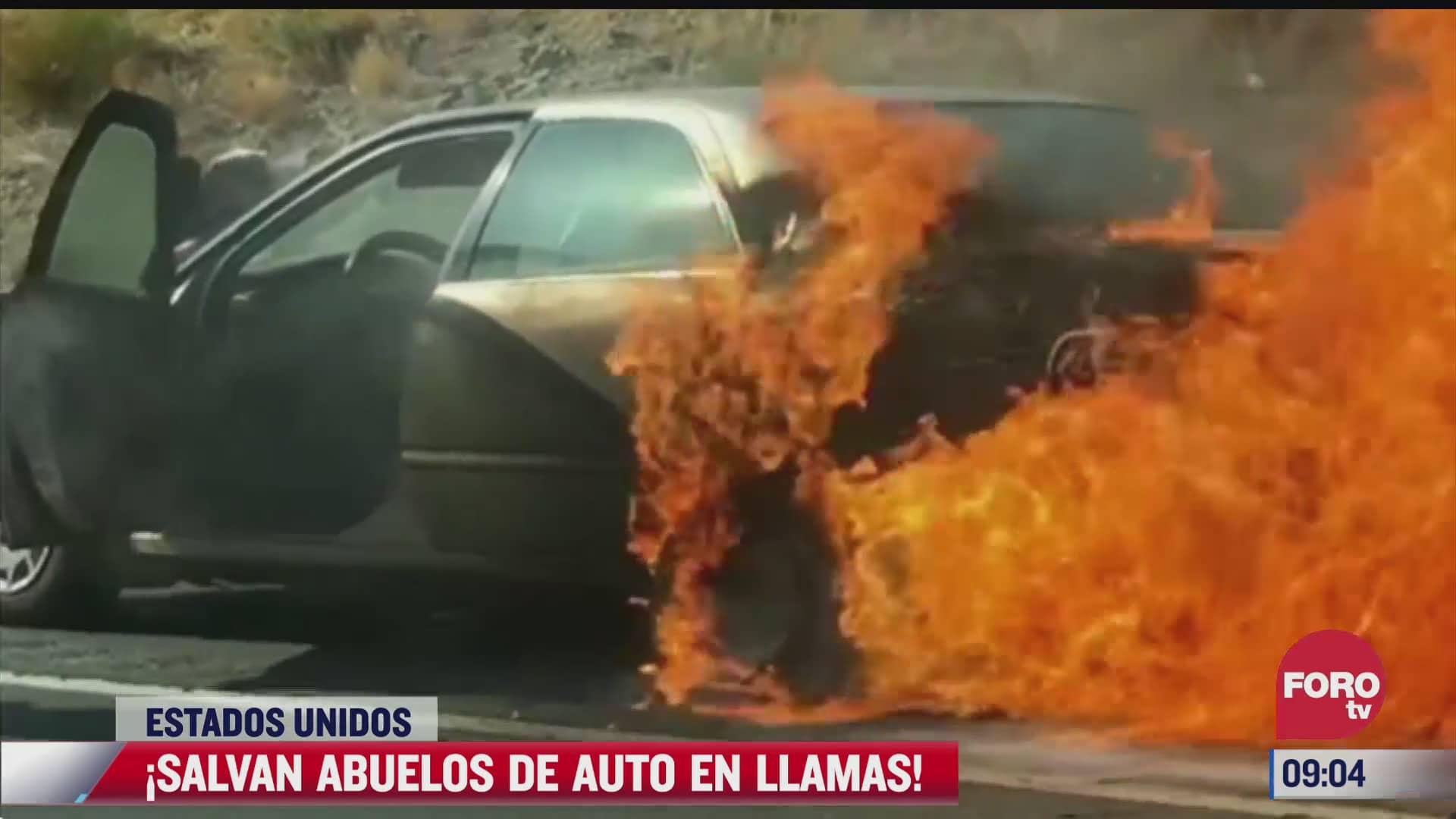 salvan a abuelitos de auto en llamas