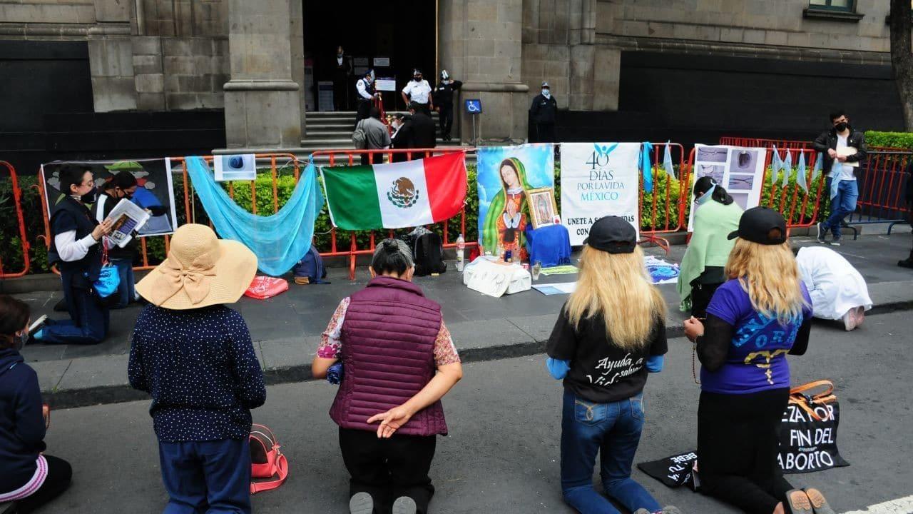 Un grupo de manifestantes provida protestaron afuera de la SCJN porque discuten la despenalización del aborto (Cuartoscuro)