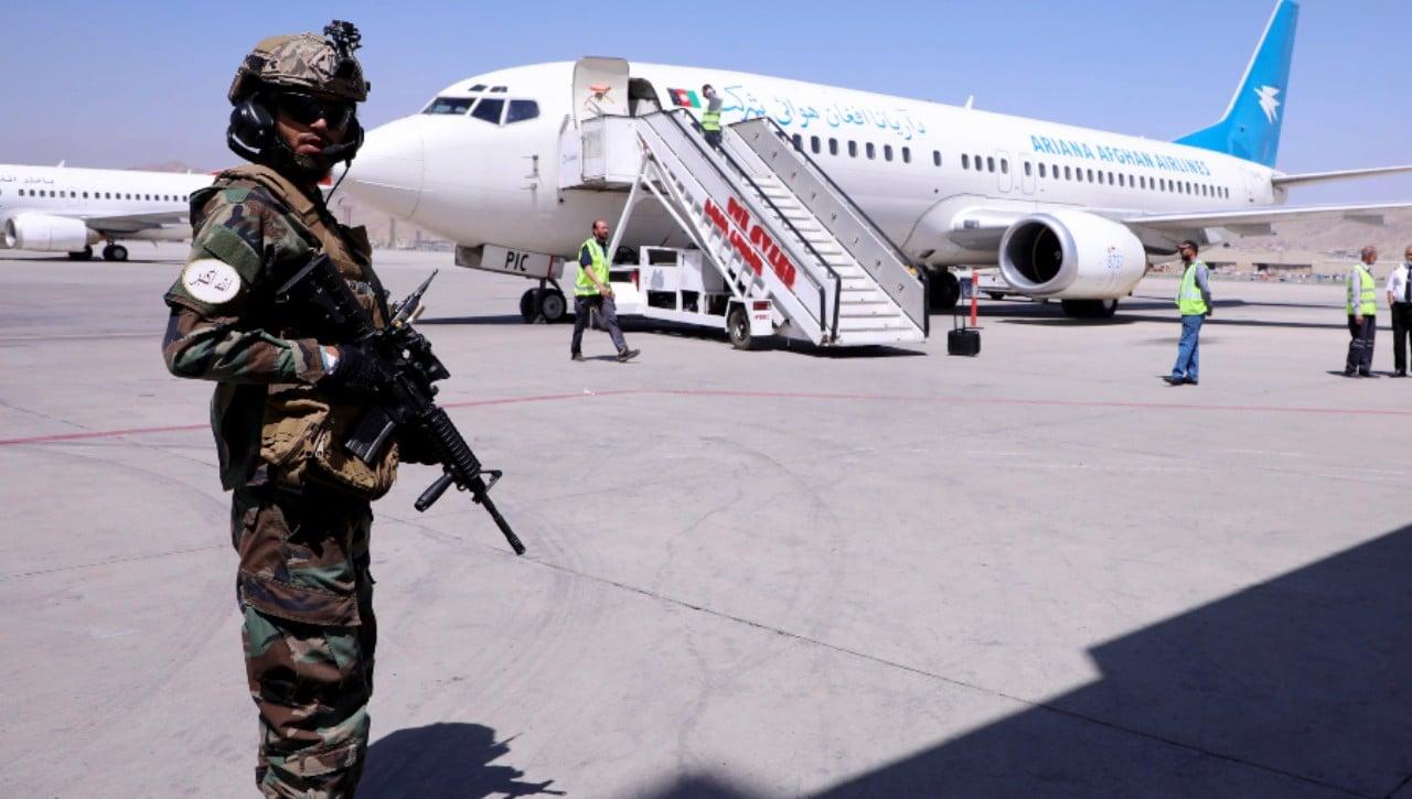 Talibanes impiden evacuación de cuatro aviones de Afganistán