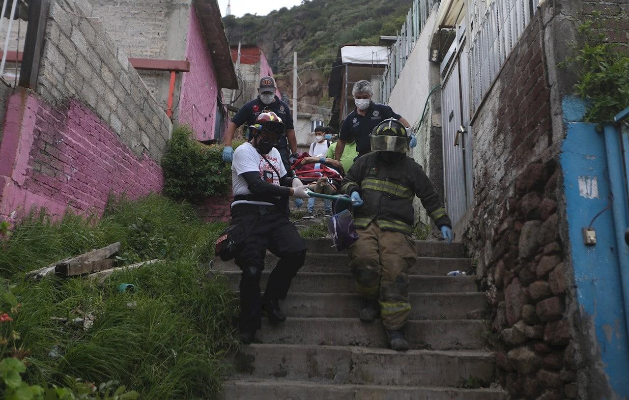 Taxista se entera de desgajamiento en el Chiquihuite mientras trabajaba, regresa y halla muerta a una de sus dos hijas