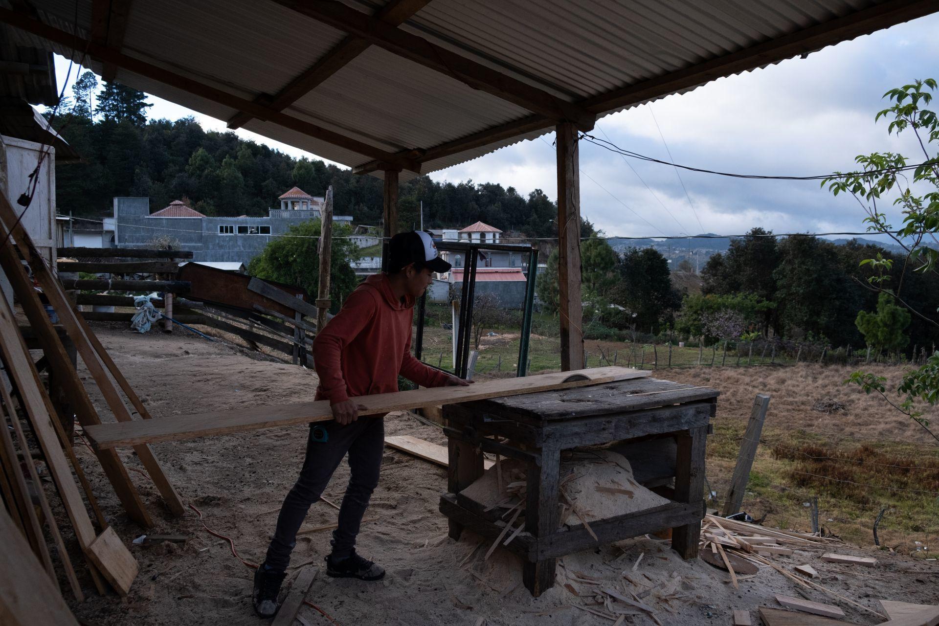 Trabajador de una fabrica en México durante su jornada laboral (Cuartoscuro)