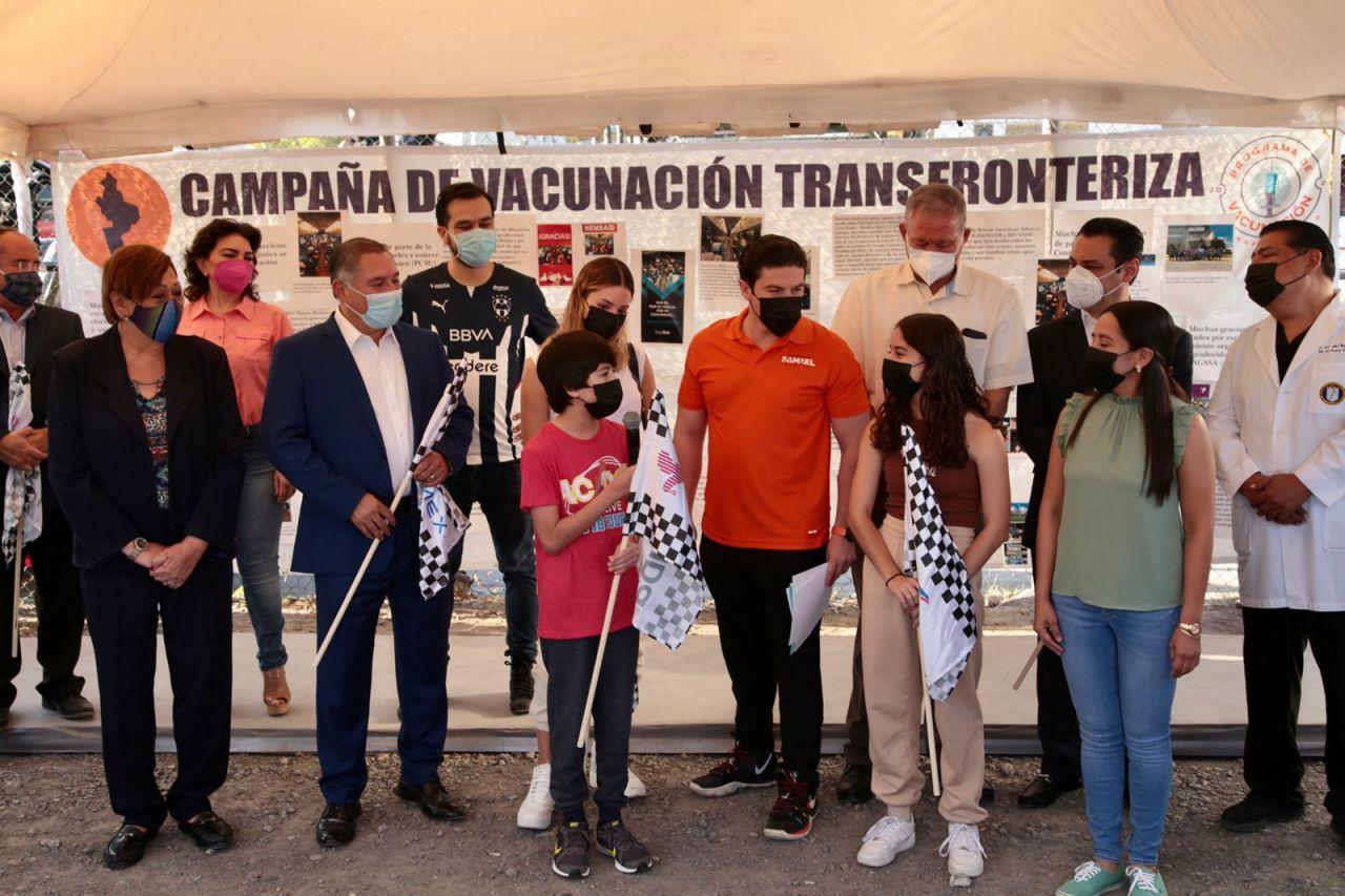 Vacunan contra covid a menores de 18 años de Nuevo León en la frontera con EEUU