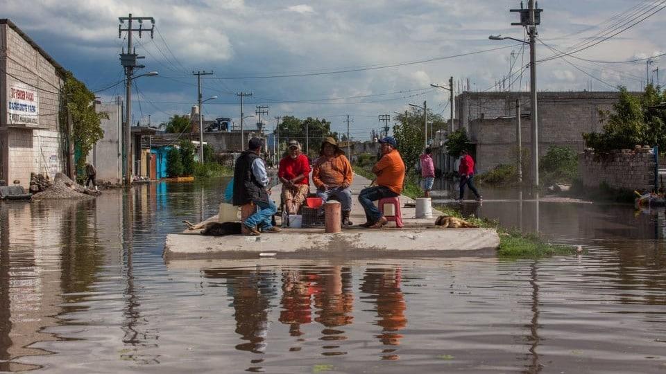 Vecinos y profesionales realizan actos heroicos y salvan vidas durante inundaciones