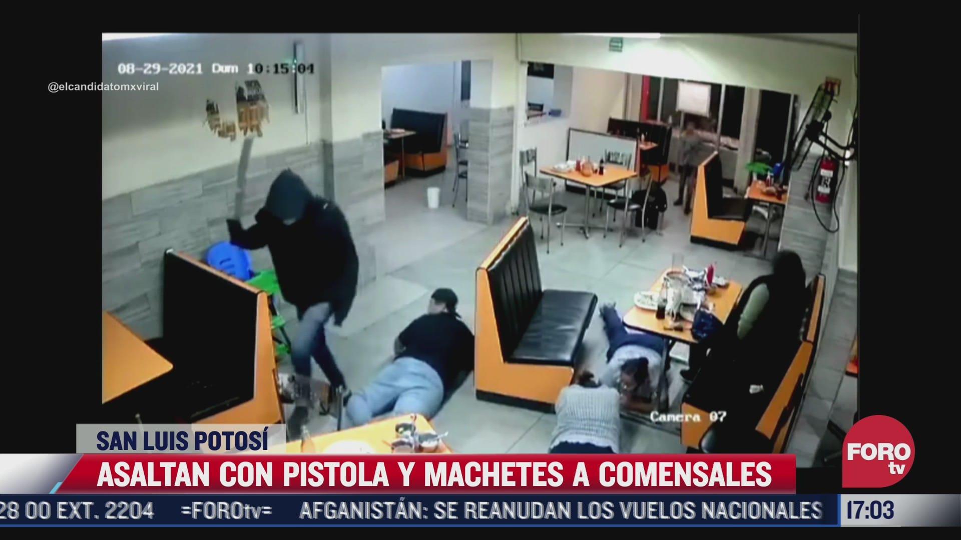 video asaltan con machetes y pistolas a comensales en san luis potosi