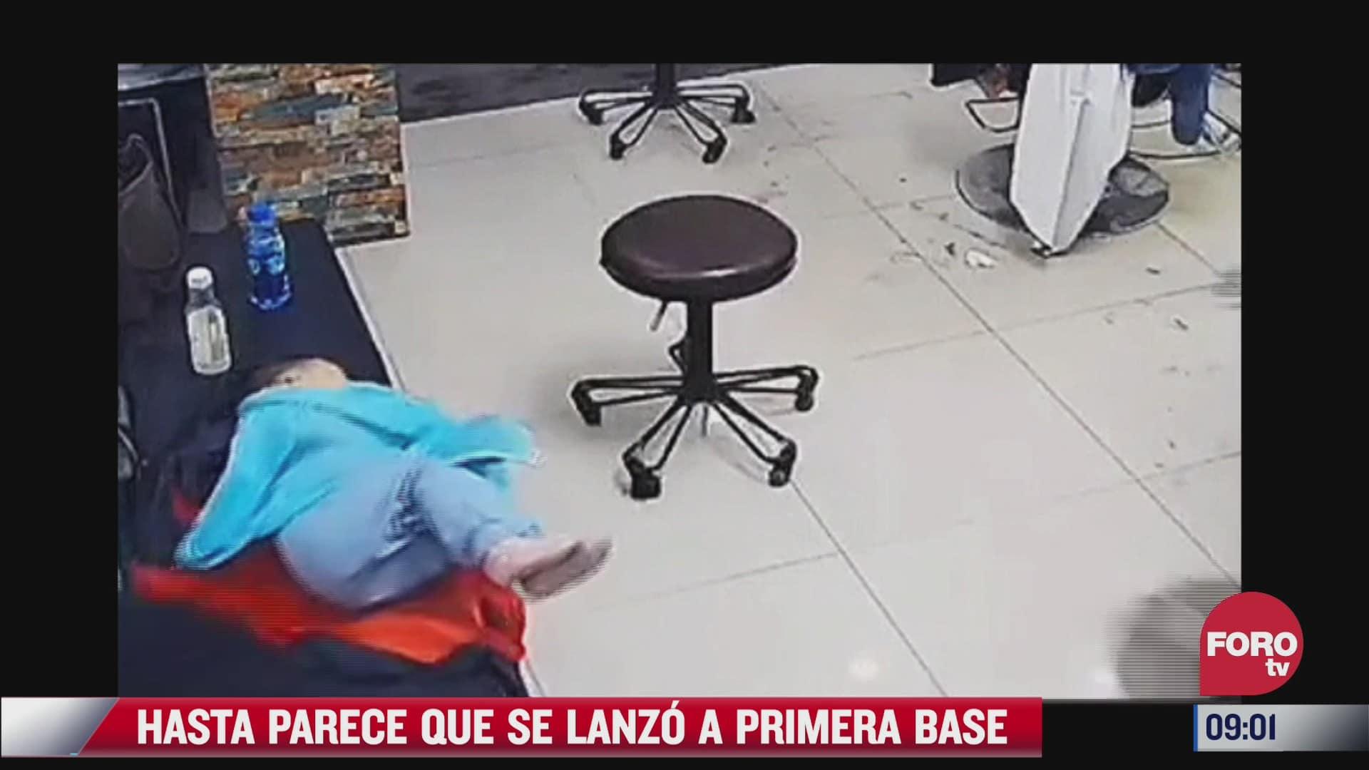 video mama se lanza al piso para evitar que su hijo se golpeara
