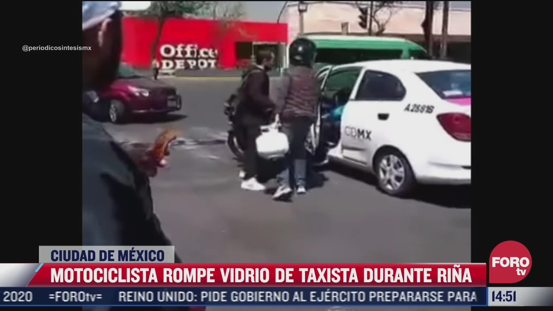 video motociclista rompe vidrio de taxista con tanque de gas