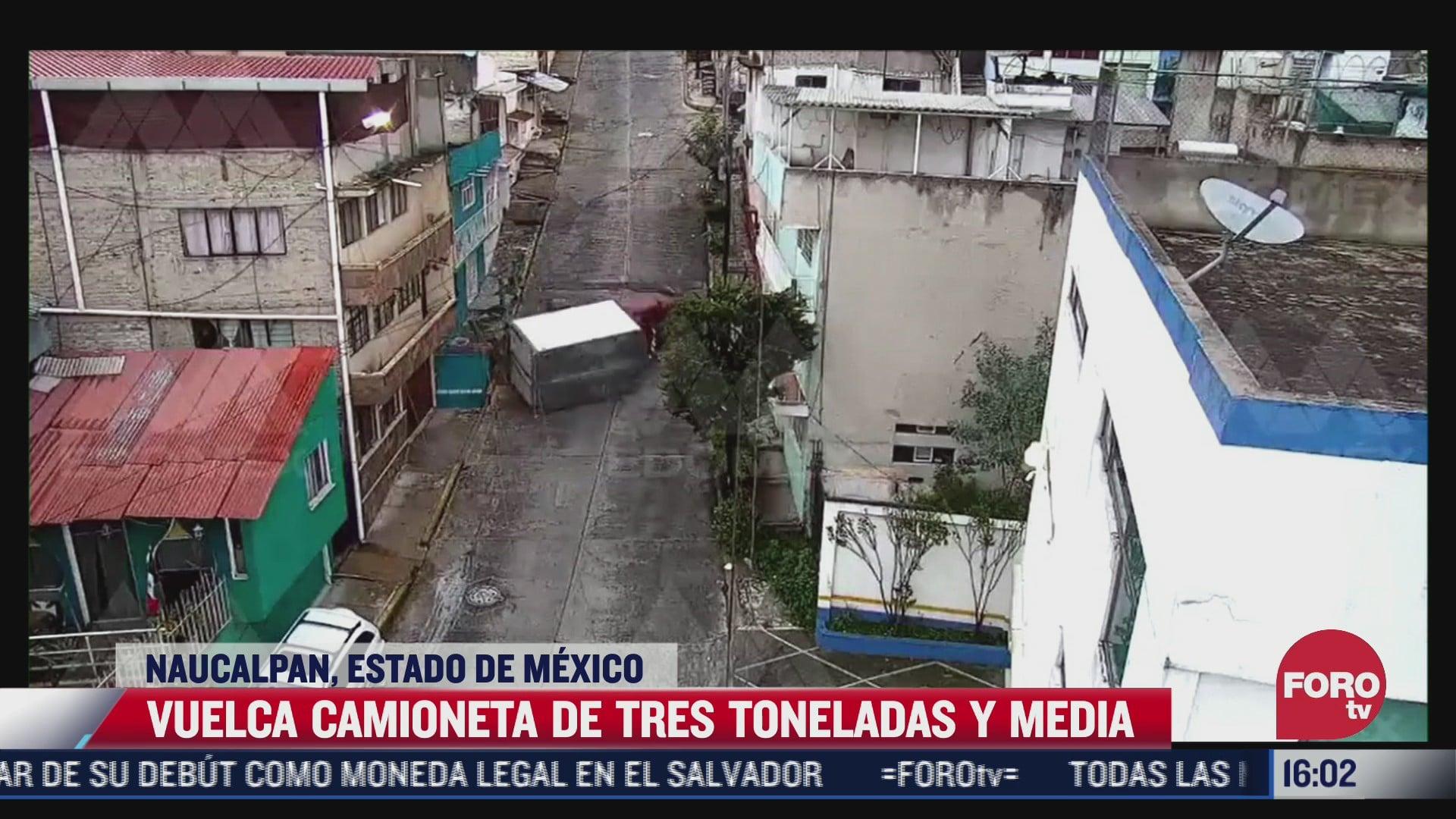 vuelca camioneta de carga en naucalpan en el estado de mexico