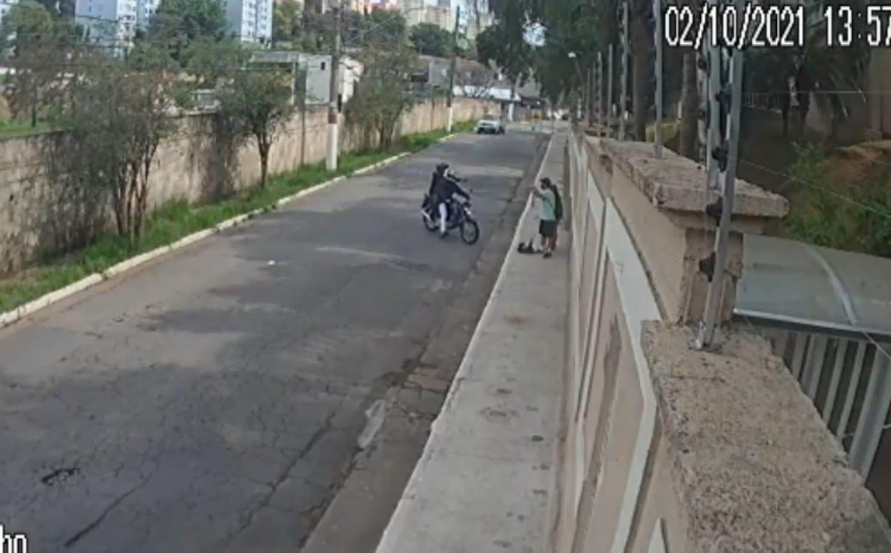 Brasil: Conductor atropelló a dos ladrones en motocicleta