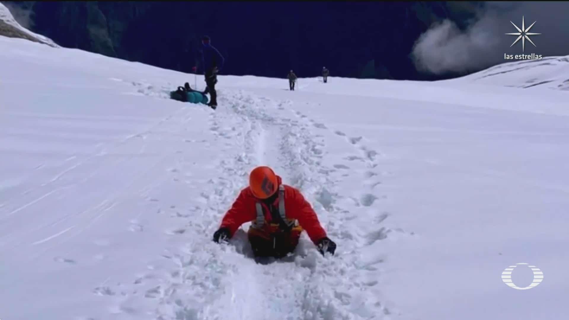 alpinista amputado de sus piernas escala la montana manaslu