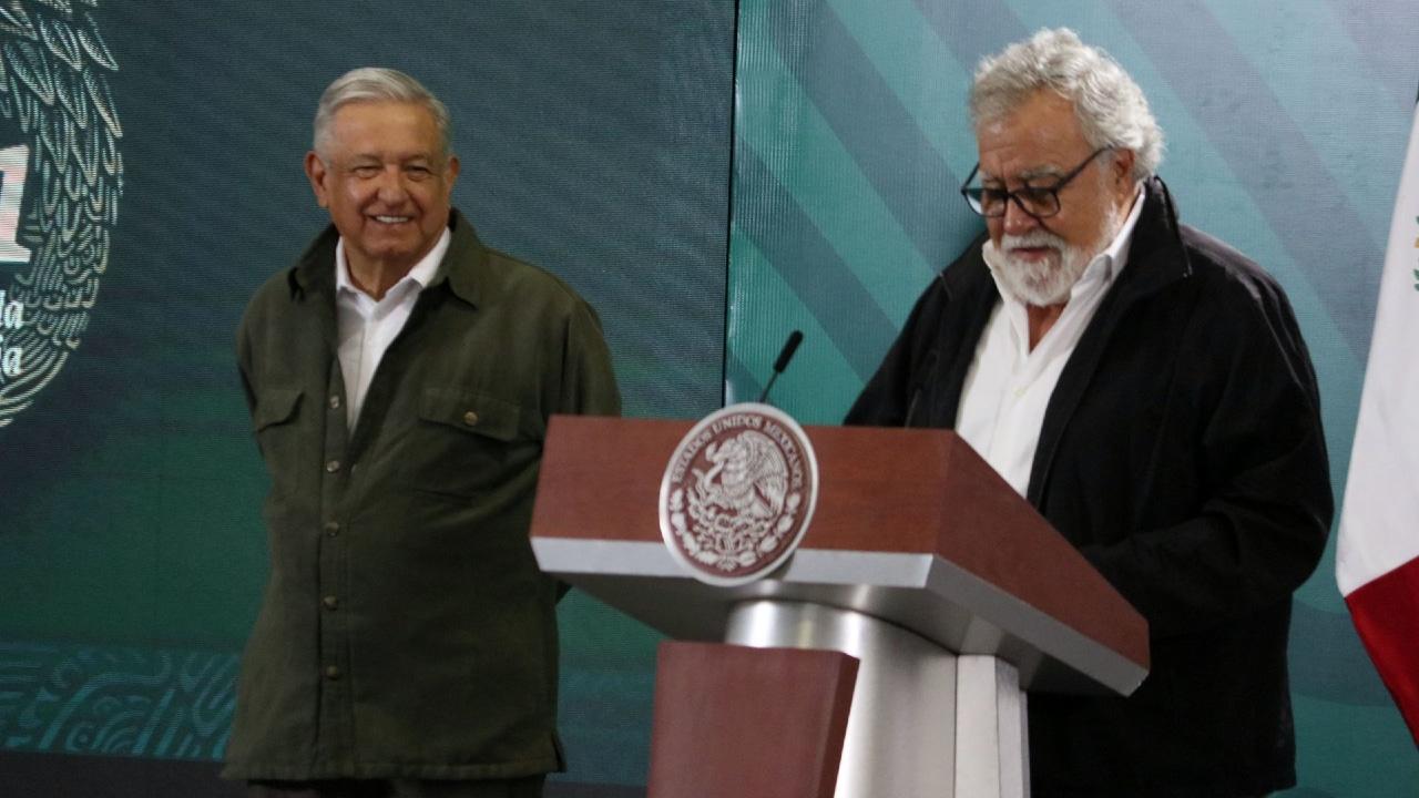 El subsecretario de derechos humanos Alejandro Encinas, lee la carta que envió el Gobierno de México a Israel