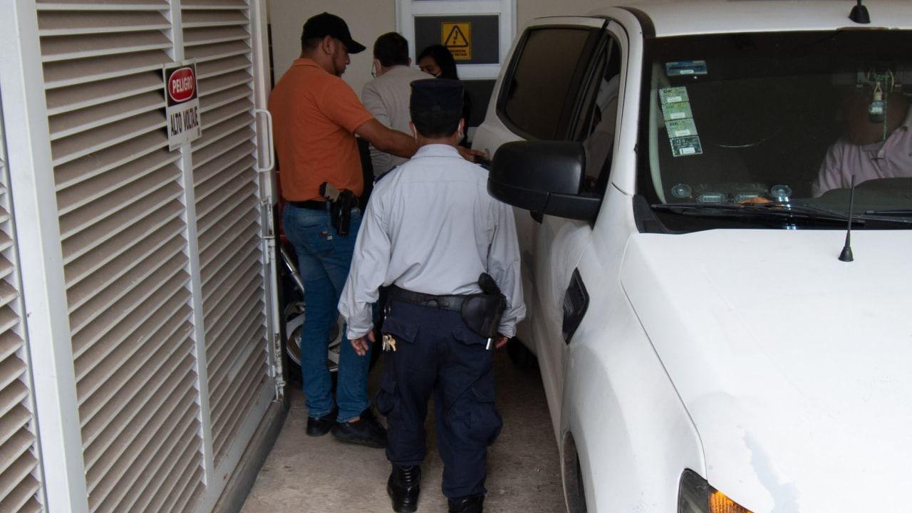 Antonio Gómez Pelegrín es detenido en Xalapa y trasladado a los juzgados de Pacho Viejo para su audiencia.